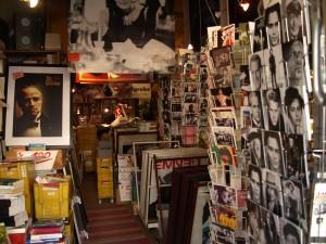 Überall Poster, Bücher, Fotos und Postkarten
